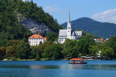 La barca turistica nel lago ha sanguinato, la Slovenia - Europa Immagine Stock