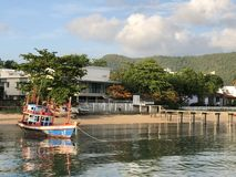 La barca variopinta dei pescatori alla spiaggia in Tailandia immagine stock