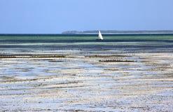 La barca a vela ha attraccato in acqua bassa, Uroa, Zanzibar, Tanzania Fotografie Stock