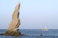 La barca a vela passa la barretta del Nettuno fotografia stock