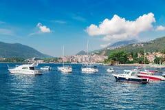 La barca a vela spedisce al porticciolo vicino alla vecchia città Castelnuovo Immagini Stock