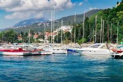La barca a vela spedisce al porticciolo vicino alla vecchia città Castelnuovo Immagini Stock Libere da Diritti