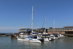La barca a vela sul molo del pescatore è una vicinanza e un'attrazione turistica popolare a San Francisco, la California Immagini Stock