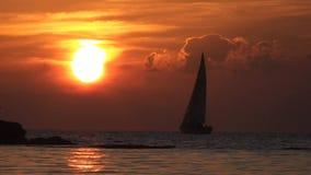 La barca a vela viaggia durante il tramonto video d archivio
