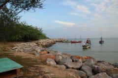 La barca vivente sui precedenti della spiaggia Fotografia Stock Libera da Diritti