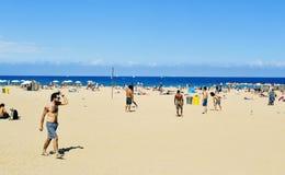 La Barceloneta海滩的人们,在巴塞罗那,西班牙 库存照片