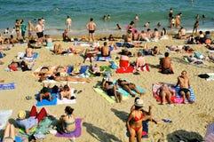 La Barceloneta海滩的沐浴者,在巴塞罗那,西班牙 库存照片