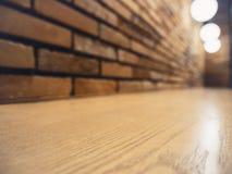 La barra contraria de la sobremesa enciende la pared de ladrillo del restaurante de la decoración fotografía de archivo libre de regalías