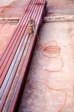 La barra de acero fue pintada por el rociador Foto de archivo