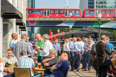 La barra del área de embarque en Canary Wharf embaló con la consumición de la gente Imagenes de archivo