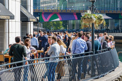 La barra del área de embarque en Canary Wharf embaló con la consumición de la gente Imágenes de archivo libres de regalías