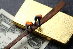 La barra del billete de banco y de oro de la moneda Imagen de archivo libre de regalías