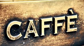 La barra di caffè dell'annata firma dentro l'Italia   Fotografia Stock