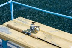 La barra está desenfocado en el embarcadero de madera Microprocesadores del hielo en el agua en el lago imagen de archivo