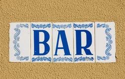 La barra firma dentro lo stile portoghese del mosaico Fotografie Stock Libere da Diritti