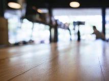 La barre de compteur de dessus de Tableau a brouillé le fond de restaurant avec des personnes photos libres de droits