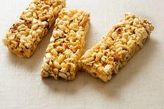 La barre de maïs éclaté avec des amandes et des morceaux de bretzel plongés en caramel salé lisse a assaisonné le revêtement images stock