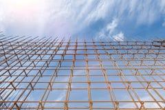 La barre de renfort et la forme en acier de bois de construction fonctionne au chantier de construction sur le fond de ciel bleu photographie stock libre de droits