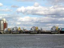 La barrera de Thames con ella es puertas de inundación cerradas Imágenes de archivo libres de regalías
