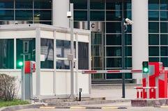 La barrera protectora y la oficina de seguridad en la entrada al estacionamiento de la oficina fotos de archivo libres de regalías