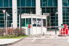 La barrera protectora y la oficina de seguridad en la entrada al estacionamiento de la oficina Fotografía de archivo