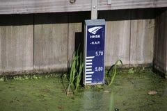 La barretta di Gaude nell'acqua nei centimetri indica il livello dell'acqua Su questo Rod il livello dell'acqua è 5 90 metri sott immagini stock