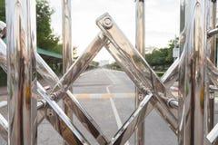 La barrière en aluminium Luster It est utilisée pour arrêter des entrées et des sorties dans les endroits Photos stock