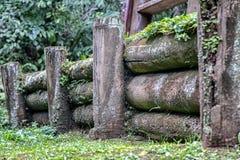 La barrière en bois à l'intérieur de la forêt Photo stock