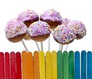 La barrière en bois en gâteau de couleurs et de rose d'arc-en-ciel saute Image stock