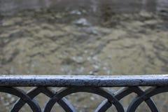 La barrière et la rivière dans le St Petersbourg Photographie stock libre de droits