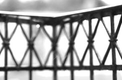 La barrière noire et blanche de balcon avec la pluie laisse tomber le fond Photos libres de droits