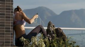 La barriera del mattone del terrazzo delle foglie della donna sta vicino video d archivio