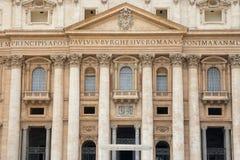 La basílica de San Pedro con Balcony de papa vatican fotos de archivo