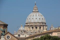 La basílica de San Pedro con la visión desde Ponte Sant Ángel Imagen de archivo