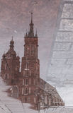 La basílica de St Mary en plaza principal Reflexión en paleta Foto de archivo