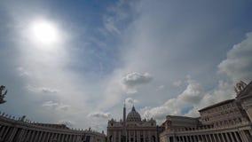 La basílica de StPeter en Roma en tiro ancho del día soleado almacen de metraje de vídeo