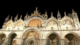 La basílica de Venecia Italia de St Mark iluminó en la noche Fotos de archivo