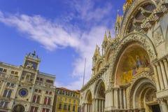 La basílica patriarcal de la catedral de St Mark y la torre de reloj en la plaza San Marco - la Plaza de San Marcos, Venecia Ital imagen de archivo