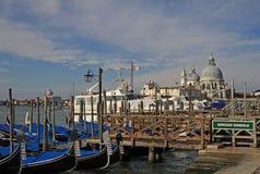 La basílica Santa Maria della Salute y góndolas parqueadas en Venecia, Italia Imágenes de archivo libres de regalías