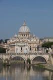 La basílica y Ponte Sant Angelog de San Pedro Fotografía de archivo libre de regalías