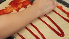 La base de pizza répandez le ketchup sur la pâte répandez la sauce sur la pâte clips vidéos
