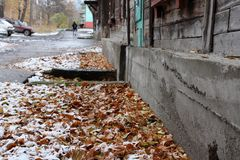 La base de la vieille maison sur le fond des feuilles d'automne image libre de droits