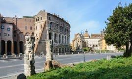 La base del tempio è Bellona, la dea romana antica della guerra Vicino a tre colonne ed alla chiesa di San Nicola in Carcher fotografia stock