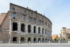 La base du temple est Bellona, la déesse romaine antique de la guerre Près de trois colonnes et de l'église de San Nicola dans Ca images stock