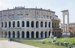 La base du temple est Bellona, la déesse romaine antique de la guerre Près de trois colonnes et de l'église de San Nicola dans Ca photo libre de droits