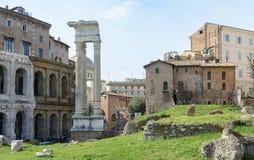 La base du temple est Bellona, la déesse romaine antique de la guerre Près de trois colonnes et de l'église de San Nicola dans Ca photo stock