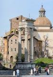 La base du temple est Bellona, la déesse romaine antique de la guerre Près de trois colonnes et de l'église de San Nicola dans Ca image libre de droits