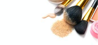 La base ou la crème liquide cosmétique, poudre de visage lâche, de diverses brosses pour appliquent le maquillage Composez la cal photos stock