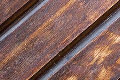 La base rustique brune foncée de panneau large diagonal en bois diagonal de panneau a nervuré le fond winded photo stock