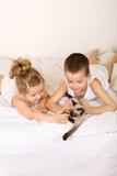 la base scherza il gattino ponendo il gioco loro Immagine Stock